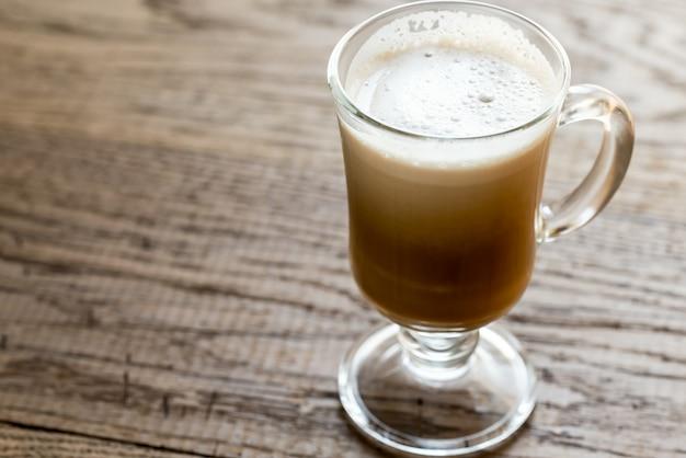Glasbecher mit cappuccino