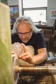 Glasbläser polieren und schleifen ein glas