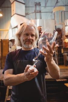 Glasbläser untersucht glaswaren