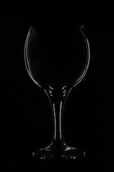 Glasbokal schwarzer hintergrund. silhouette aus glas