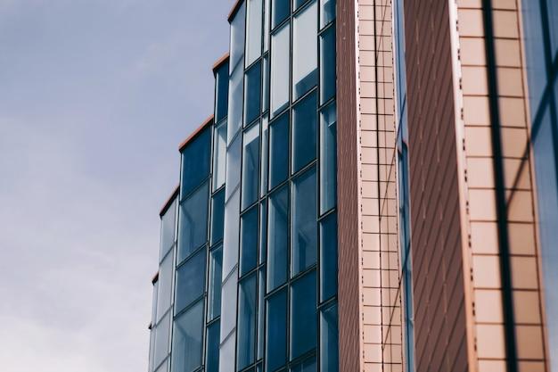 Glasbüro oder bank mit glasfassade