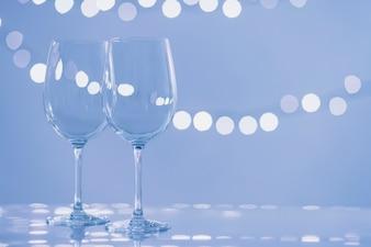 Gläser auf hellblauem Hintergrund