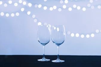 Gläser nahe abstrakten Lichtern