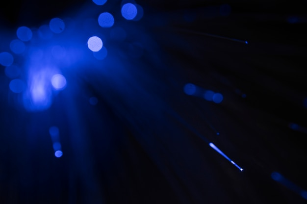 Glasfaserkabel mit blauem licht