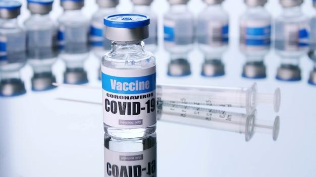 Glasfläschchen für covid-19-impfstoff im labor