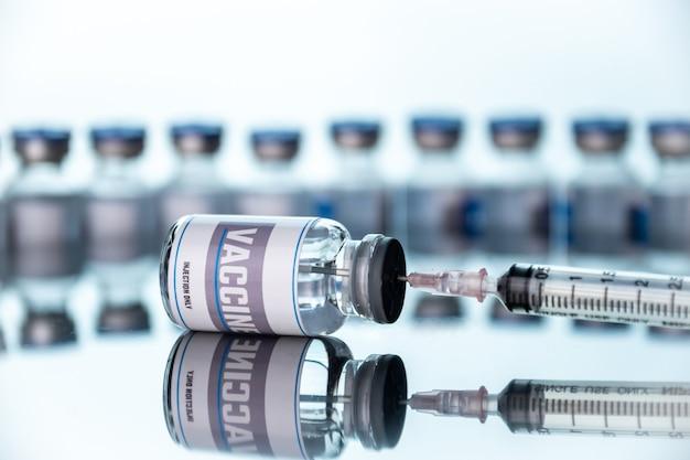 Glasfläschchen für impfstoff und spritze im labor