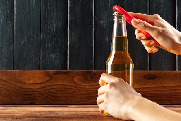 Glasflasche bier und öffner
