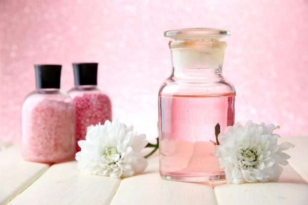 Glasflasche mit farbessenz, auf rosa