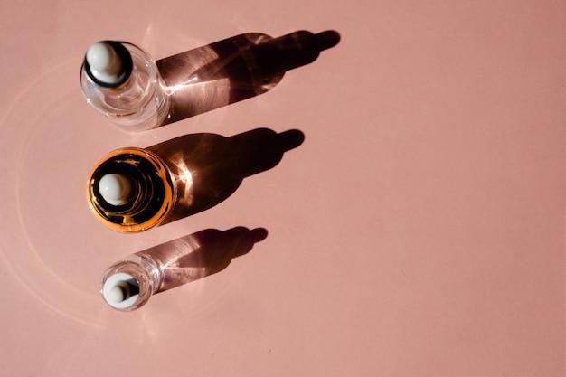 Glasflasche mit flüssigem kollagen und hyaluronsäure, feuchtigkeitsspendende haut.