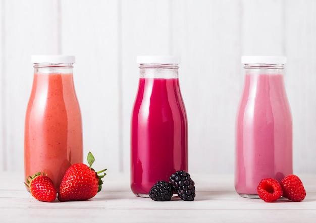 Glasflasche mit frischem sommerbeeren-smoothie