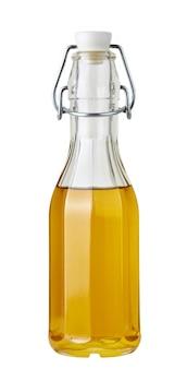 Glasflasche mit olivenöl auf weißem hintergrund