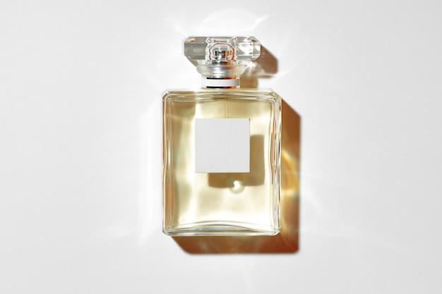 Glasflasche mit parfüm auf grauer hintergrundoberansicht