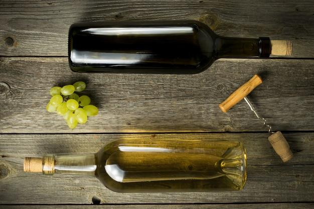 Glasflasche wein mit korken auf hölzernem tischhintergrund