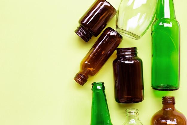 Glasflaschen auf grün gelb