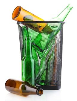 Glasflaschen im papierkorb isoliert auf weiss