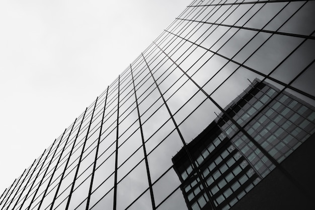 Glasgebäude der ansicht von unten mit reflexion