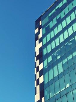 Glasgebäude in klarem himmel