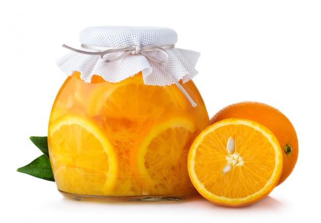 Glasgefäß mit orangenmarmelade schloss mit dem baggingdeckel, der auf weiß lokalisiert wurde