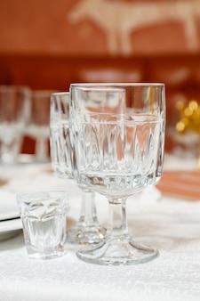 Glasgläser mit getränkeständer auf einem tisch
