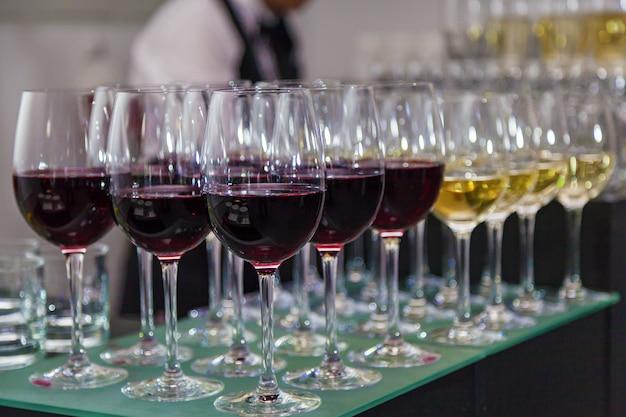 Glasgläser mit rotwein auf der bar, geringe schärfentiefe