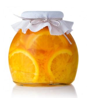 Glasglas mit orangenmarmelade schloss mit dem eingesackten deckel lokalisiert