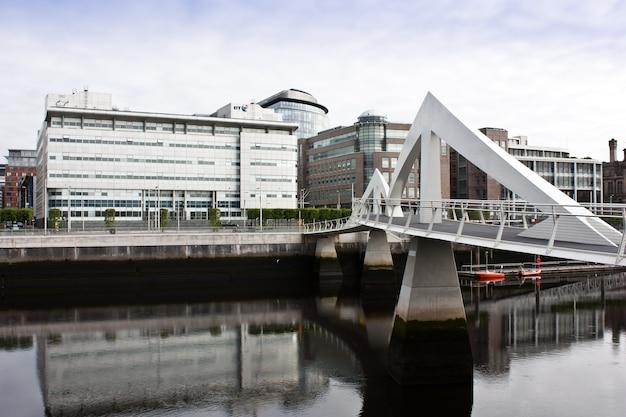 Glasgow: fußgängerbrücke in modernem design, nahe dem finanzzentrum