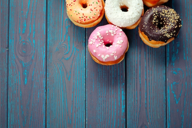 Glasierte donuts auf holz