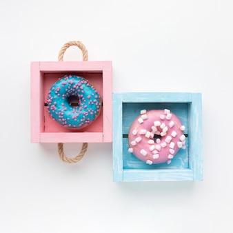 Glasierte donuts in kisten