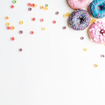 Glasierte donuts mit bunten müsli