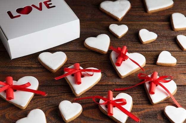 Glasierte herzförmige kekse mit wünschen zum valentinstag