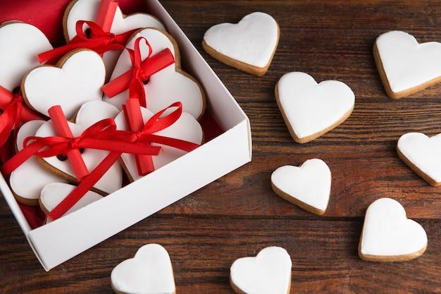 Glasierte herzförmige kekse zum valentinstag
