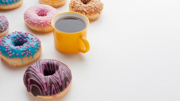 Glasierte schaumgummiringe und kaffeekopienraum
