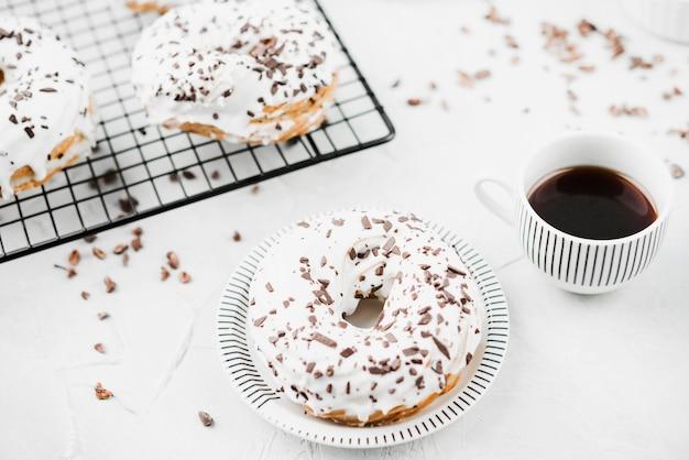 Glasierter donut auf hohem tellerwinkel