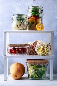 Glaskästen und dosen mit dekantierkonzept für den kühlschrank mit frischen lebensmitteln
