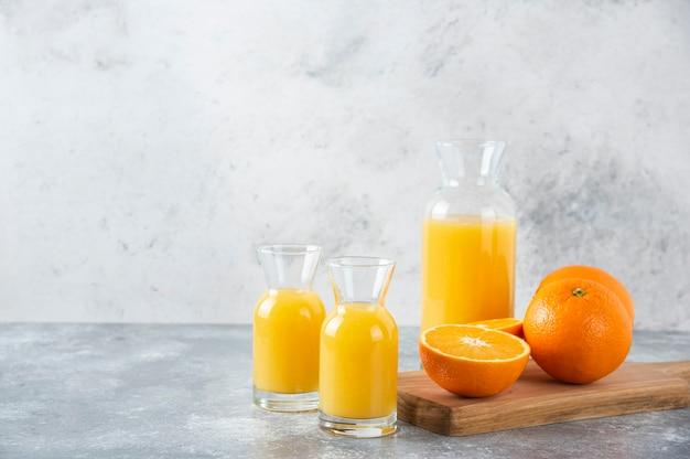 Glaskrüge saft mit scheibe orangenfrucht.