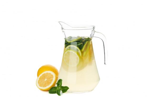 Glaskrug limonade isoliert auf weißer oberfläche