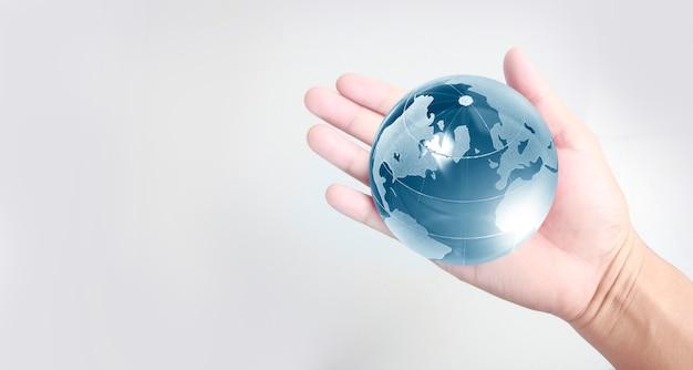 Glaskugel in der hand, energiesparkonzept, elemente dieses von der nasa bereitgestellten bildes