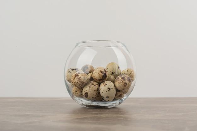 Glaskugel wachtelei auf marmortisch.