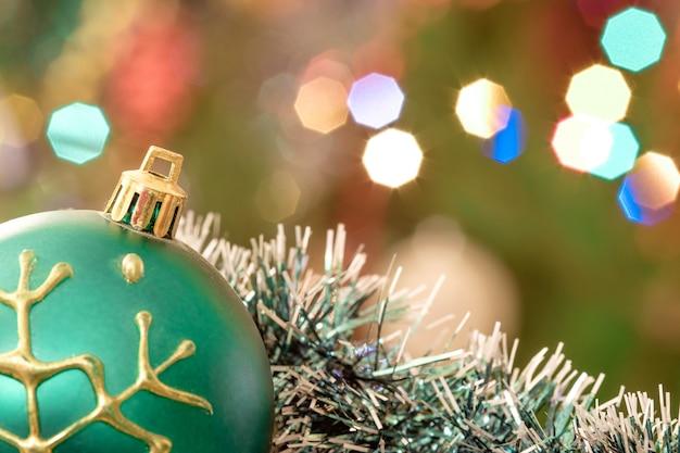 Glaskugeln mit unscharfen lichtern eines weihnachtsbaumes
