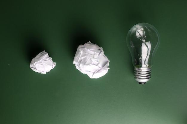 Glaslampe zerknittertes papier