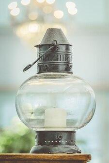 Glaslampen, tischlampen auf den beiden tafeln, beleuchtung und heimtextilien
