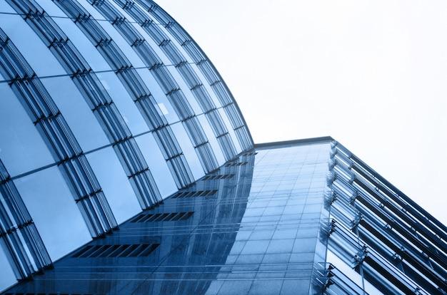 Glasperspektive der abstrakten architektur des geschäftszentrums. himmelhintergrund. blaue farbe horizontal