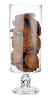 Glasplätzchenglas mit schokoladenkeksen innen auf weißem hintergrund