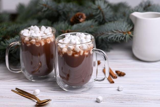 Glasschale des heißen kakaos mit weihnachtsbaum