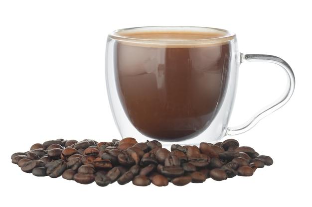 Glasschale kaffee und kaffeebohnen lokalisiert auf weiß