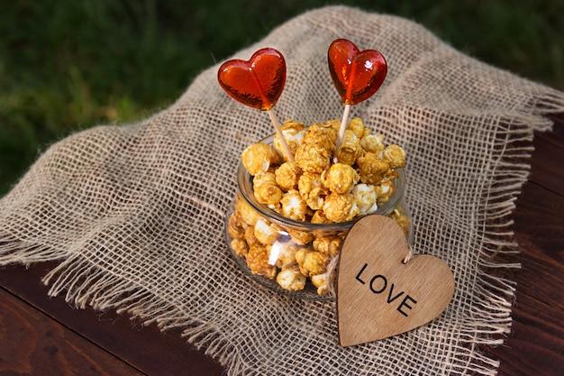 Glasschale mit karamellisiertem popcorn und lutschern