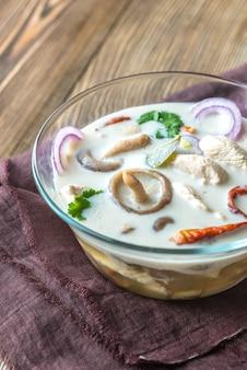 Glasschale mit thailändischer tom kha kai suppe