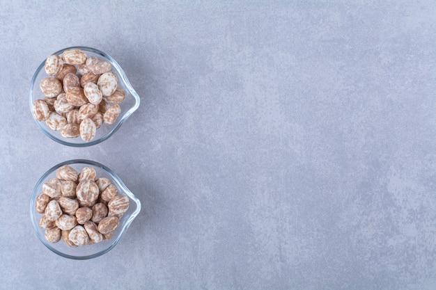 Glasschalen voller gesundes getreide auf grauem hintergrund. foto in hoher qualität
