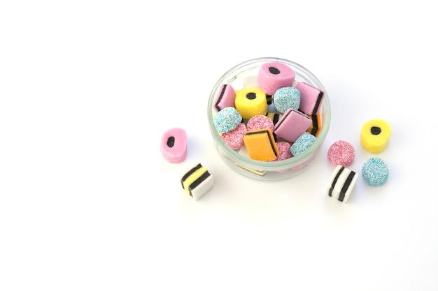 Glasschüssel mit farbigen kaubonbons