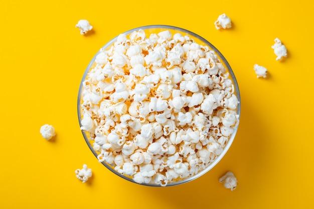 Glasschüssel mit gesalzenem popcorn.